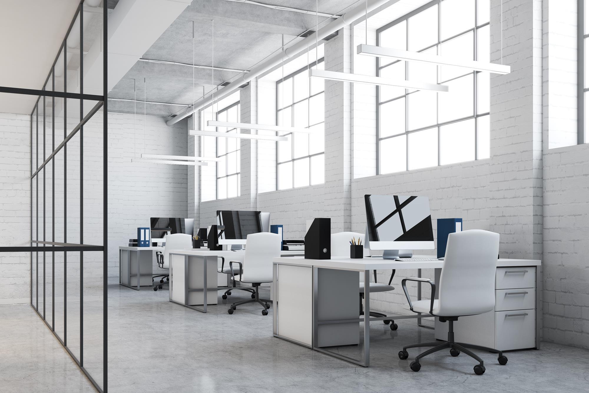 Białe przestronne nowoczesne biuro z białymi metalowymi meblami