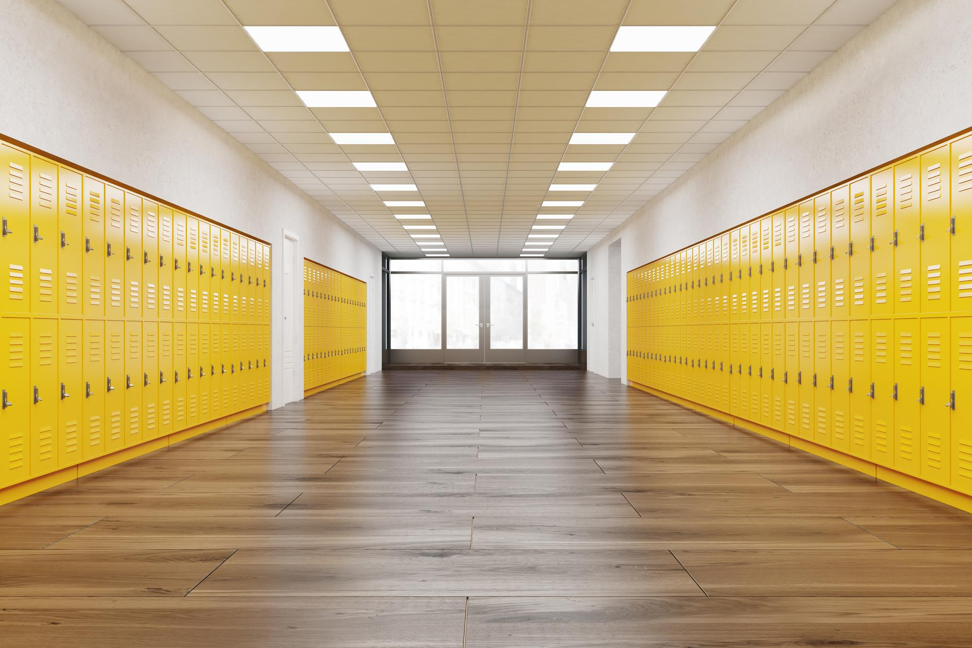 Korytarz szkolny z metalowymi szafkami